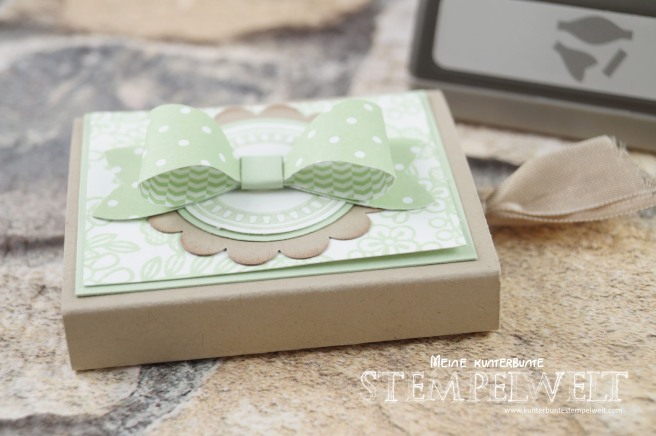 Stampin Up!_RittersportZiehverpackung-Goodie-SomethingLacy-InColor2013-2015_Elementstanze Schleife_Savanne_Altrosé_Rhabarberrot_Jade_Pistazie_Frühlingsgruß_Ei Ei Ei_2